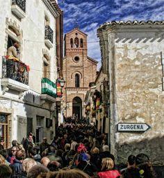 Fiesta de Pan in Lubrin zu Ehren des Dorfheiligen San Sebastian. Wir jedes Jahr im Januar gefeiert und lockt Tausende Besucher an. Die Anwohner werfen Brotkringel aus den Fenstern, die dann auf der Straße gefangen werden. http://www.ferienwohnungen-spanien.de/Almeria-Provinz/artikel/zeitreise-durchs-hinterland-wandern-in-der-sierra-filabres