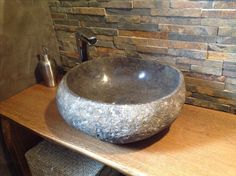 Vasque en pierre de rivière. Serving Bowls, Sink, Tableware, Home Decor, Projects, River Stones, Sink Tops, Dinnerware, Dishes