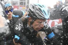 Bizarre etape gisteren, wat een weer en dat in de Giro! Het deed een beetje Johan van der Velde achtig aan.  Rigoberto Uran (Sky)