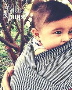 Tatá Sling Listradinho   Por aí tem bebê que gosta de ficar chupando o tecido do Sling? Rs.