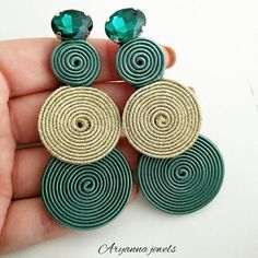totally handmade soutache earring, with emerald crystal. Paper Earrings, Paper Jewelry, Beaded Earrings, Wire Jewelry, Earrings Handmade, Jewelry Crafts, Jewelry Art, Handmade Jewelry, Jewellery