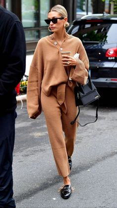 day off chill as f*ck sweater suit vibe in caramel with gucci fur slides. The pe… day off chill as f*ck sweater suit vibe in caramel with gucci fur slides. The perfect airport outfit Outfits Otoño, Chill Outfits, Fall Fashion Outfits, Look Fashion, Casual Outfits, Airport Outfits, Cheap Fashion, Best Outfits, Batman Outfits
