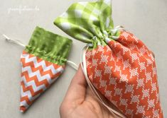 Rabbit & Carrot Sewing bag with drawstring for Easter greenfietsen. Sewing For Kids, Free Sewing, Cosmetic Bag Tutorial, Crochet Shoulder Bags, Scrap Busters, Gift Wraping, Treat Bags, Knitting Patterns Free, Easter Crafts