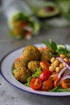 falafel dde quinoa e molho de tahini c iogurte Mediterranean Diet Recipes, Mediterranean Dishes, Healthy Dinner Recipes, Vegetarian Recipes, Cooking Recipes, Vegan Meals, Healthy Meals, Meditteranean Recipes, How To Cook Quinoa