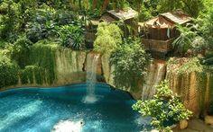 【楽園すぎるプール】まるで熱帯のリゾート! ドイツにある世界最大級の屋内プールがすごすぎる‼