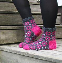 Knitting Wool, Knitting Socks, Hand Knitting, Knitting Patterns, Crochet Socks, Knit Crochet, Crochet Crafts, Knit Shoes, Sock Shoes