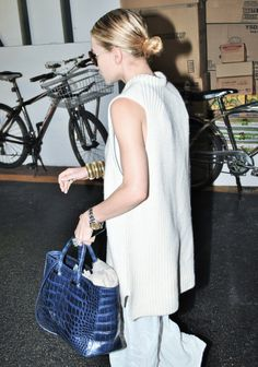 Ashley Olsen shows a chic way to wear a sleeveless sweater with a sleek low bun, round sunglasses, The Row croc-embossed bag, linen max. Ashley Olsen Style, Olsen Twins Style, Mary Kate Ashley, Mary Kate Olsen, Elizabeth Olsen, Winter Fashion Outfits, Autumn Fashion, Spring Fashion, Fashion Gone Rouge