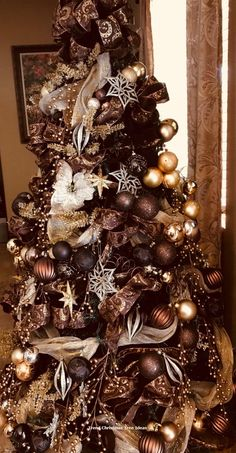 Best Christmas tree decor ideas & inspirations for . Best Christmas tree decor ideas & ins Best Christmas Tree Decorations, Elegant Christmas Trees, Gold Christmas Tree, Holiday Tree, Rustic Christmas, Xmas Tree, Christmas Themes, Christmas Wreaths, Christmas Island
