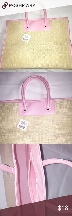 Bloomingdale's Straw bag Amazing, confortable, spacious Straw bloomindale's beach 🏖 bag! (u can use it in a picnic day too) the option is urs , cream and very light pink colors , new , never use (accepting offers) 🎉 Bloomingdale's Bags Hobos