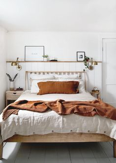 This simple minimal farmhouse bedroom is full of inspiration for decor ideas and. This simple minimal farmhouse bedroom is full of inspiration for decor ideas and DIYs! Teenage Room Decor, Cheap Home Decor, Diy Home Decor, Earthy Home Decor, Quirky Home Decor, Interior Design Minimalist, Minimalist Room, Couple Room, Home Bedroom