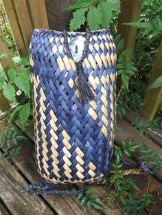 Pikau Woven Bags, Woven Baskets, Flax Weaving, Weaving Art, Basket Weaving Patterns, Flax Flowers, Flax Fiber, Maori Designs, Weaving Designs