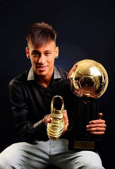 Neymar gets the golden ball and shoe congrats Neymar Awards, Fc Barcelona, Psg, Good Soccer Players, Football Players, Real Madrid, Messi And Neymar, Soccer Skills, Football Wallpaper