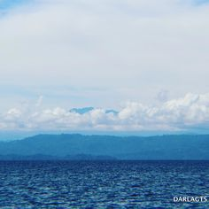 Las maravillas que puede ver en un paseo marítimo incluyen el pico del volcán Barú entre nubes.  The wonders that can be seen on a boat ride includes the peak of the Barú volcano between the clouds.  #bocasdeltoro #Caribe #volcanbarú #navegando #caribbean  #baruvolcano #boatride