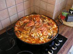 Recette - La Zarzuela | Notée 4/5 Spanish Cuisine, Spanish Food, Paella Party, Shellfish Recipes, Menu Restaurant, Mediterranean Recipes, Macaroni And Cheese, Tapas, Food And Drink