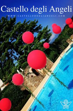 Castello degli Angeli è Location per Eventi, ospita al suo interno una piscina di moderno design completamente personalizzabile. #castellodegliangeli #location #piscina #allestimenti #design #palloncini