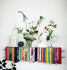 Dine gamle bøger behøver ikke bare at stå til pynt i reolen. Brug dem til at lave f.eks. sofaborde, hylder og lamper – eller udtryksfulde vægdekorationer. Få her opskriften på, hvordan du laver en lille,fin og dekorativ boghylde.