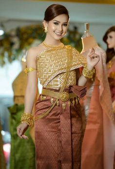 khmer wedding costume Thai Traditional Dress, Traditional Fashion, Traditional Outfits, Cambodian Wedding, Khmer Wedding, Thai Dress, Tube Skirt, Wedding Costumes, Women's Evening Dresses