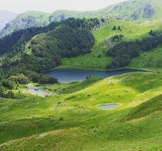 Пешкчко #озеро - одно из самых высоких горных озер. Оно расположено на высоте более 1800 м над уровнем моря.  #биеласица. #черногория #колашин #жабляк #дурмитор #природа #лето #интересное Countries, Golf Courses, Places To Go, River, Summer, Outdoor, Outdoors, Summer Time, Outdoor Games