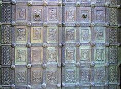 Porta della Cattedrale di Santa Maria Assunta, a Ravello - opera di Barisano da Trani, datata 1179 offerta da Sergio Muscettola con la moglie Sigilgaida, di chiara origine longobarda.