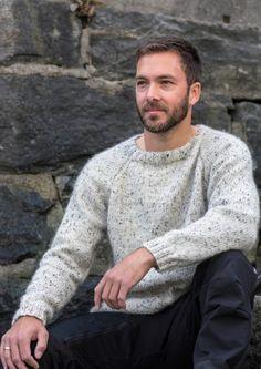 Oppskrift: Mikagenser til mann (pdf) - Knitting Inna Color Wheel Fashion, Mens Knit Sweater, Mens Jumpers, Grey Jeans, Grey Hoodie, Corduroy, Knitwear, Tweed, Mens Fashion