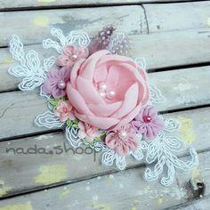 Satin Flowers, Fabric Flowers, Paper Flowers, Diy Hair Accessories, Kokeshi Dolls, Baby Headbands, Diy Hairstyles, Design Crafts, Flower Art
