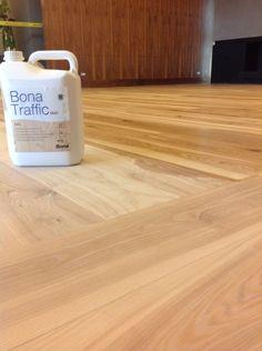 El nuevo Bona Traffic HD posee muy bajo olor y ha recibido las certificacion DIBt por su baja emisión de COV. Es totalmente transparente y posee un formula que no amarillea la madera. http://www.quinovaacabados.com/productos-bona/barnices-base-agua/