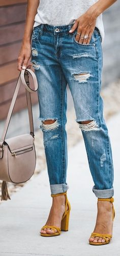 Incredible Spring Outfits To Show Up Boyfriend Jeans Outfit Summer, Spring Summer Fashion, Spring Outfits, Sandals Outfit Summer, T Shirt And Jeans, Mellow Yellow, Fashion Outfits, Womens Fashion, Dress To Impress