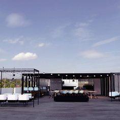 Projeto de rooftop bar do edifício Hub Blue - Estação Sapucaí! O espaço oferece um ambiente descontraído e uma linda vista de Belo Horizonte!    #arquitetura #architecture #interior #rooftop #photoshop #vray #sketchup #designdeinteriores #arquiteturaurbanismo #design
