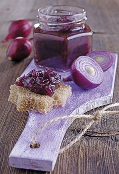 Le ricette di Cukò: MARMELLATA DI CIPOLLE DI TROPEA E ACETO BALSAMICO Red Onion Jam, Pickled Eggplant, Marmalade Recipe, Roasted Meat, Recipe Details, Jam Recipes, Antipasto, Simple Syrup, Chutney