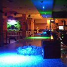 Para poder dar a la larga barra de este café bar una iluminación con algo mas de colorido, pues esta barra estaba muy pobre de luz y algo sosa de color, tan solo iluminada por las típicas lamparas halógenas de 12 v y 50 w, se han empleado 8 lamparas LEFLECTOR de LED LENSER, en dos colores muy vistosos y brillantes, el azul sideral y verde nave espacial mezclados y alternados uno a uno.  http://www.palcoelectronica.es/descargas/BRICOLED1/BARRA%20DE%20BAR%20LEFLECTOR1.pdf