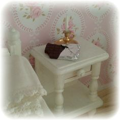 Suklaata yöpöydällä