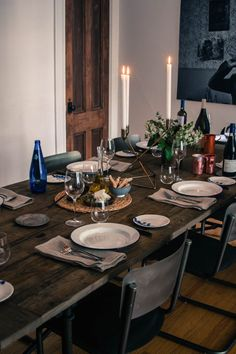 Greek-inspired-table-setting-enamel-plates-and-wood-table-Remodelista