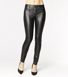 Faux ever leather! These faux leather pants are perfect for a night out. Pair them with a sexy blouse and your highest heels to steal glances! Style Wish, Style Me, Pantalon En Faux Cuir, Blouse Sexy, Faux Leather Pants, Diamond Are A Girls Best Friend, Girls Night Out, Dress Me Up, High Heels