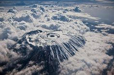 O pico do monte Kilimanjaro. Monte Kilimanjaro, Amazing Places On Earth, Places Around The World, Around The Worlds, Lac Michigan, Beautiful World, Beautiful Places, Monte Everest, Cool Pictures