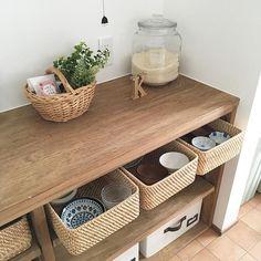 m e g uさんはInstagramを利用しています:「食器の収納. お家の工事中に 旦那さんが作った カップボード。 食器やキッチン用品を 収納しています よく使う食器は 無印のラタンバスケット に.. #キッチン #キッチン収納 #収納 #カップボード #diy #ラタンバスケット #無印良品 #食器 #食器棚 #塗料…」 Concrete Kitchen, Storage Organization, Entryway Bench, Interior Inspiration, New Homes, Room, House, Furniture, Organize