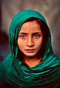 """""""A alma tem um intérprete, muitas vezes. … muitas vezes inconsciente, mas ainda um intérprete verdadeiro, são os olhos"""", escreveu Charlotte Brontë no século XIX. A frase é hoje usada pelo fotógrafo Steve McCurry para abrir o post em seu blog em que reúne algumas de suas fotos cujo protagonista é o olhar."""