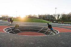 Les architectes Keingart ont réalisé un terrain d'athlétisme avec des obstacles non conventionnels. Le parcours sportif à été conçu pour les étudiants de l