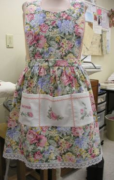 Sewing Bags Retro Love this apron the type, the fabric and the great embroidery from Embroidery Library designs! Embroidery Scissors, Learn Embroidery, Vintage Embroidery, Machine Embroidery Designs, Embroidery Patterns, Cute Aprons, Sewing Aprons, Aprons Vintage, Linens And Lace