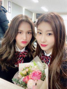 Graduation pictures of Somi & Chaeryeong K Pop, South Korean Girls, Korean Girl Groups, Jeon Somi, Korean Babies, True Beauty, K Idols, Kpop Girls, Actors & Actresses
