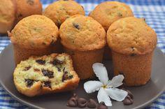 Маффины с шоколадными чипсами | Маффины — блюдо английской и американской кухни. Это маленькие порционные кексы, которые бывают как со сладкой начинкой (ягоды, крем, конфитюр, орехи, сухофрукты, шоколад и т. д.), так и несладкой (сыр, овощи, ветчина и т. д.). Мне нравятся маффины, потому что их очень просто приготовить, и, когда дома не осталось ничего сладкого к чаю, этот рецепт всегда приходит на помощь, занимает меньше часа, включая время в духовке. Быстро и просто.
