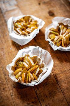 Unsere Birnen-Ziegenkäse-Tartelettes mit gerösteten und caramelisierten Pinienkernen schmecken traumhaft lecker und sind einfach zu machen! Jetzt entdecken! #käse #cheese #switzerland #food #recipe #rezept #rezepte #nachtisch #dessert #nachspeise #süss #torte #backen #inspiration #birnen #ziegenkäse