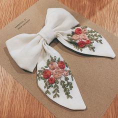 Diy Hair Scrunchies, Diy Hair Bows, Bow Hair Clips, Hand Embroidery Patterns Flowers, Embroidery Stitches, Embroidery On Clothes, Diy Bow, Diy Headband, Diy Hair Accessories