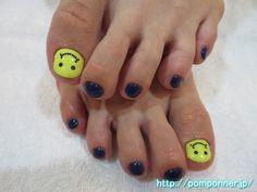 ポップなニコちゃんフットネイル It is a smiley foot nail pop. You have to face the smiley by taking advantage of the shape of the nail of the thumb. Nail the four others are foot nail casual and navy. #ネイル #ネイルアート #ペディキュア #nail #nails #nail-art