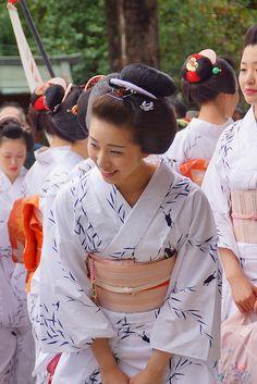 Geiko / Maiko in Yukata - Kyoto, Japan Kimono Japanese Geisha, Japanese Beauty, Japanese Kimono, Japanese Girl, Asian Beauty, Yukata, Traditional Fashion, Traditional Outfits, Kyoto