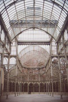 37. Palacio de Crystal. Guarda más semejanza con los invernaderos de Paxton que con la innovadora Galería de Máquinas de la exposición Universal de París de 1889.