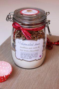 Après le kit SOS cookies, voici le kit SOS muffins! Toujours à utiliser en cas d'urgence uniquement bien sûr ^^ J'adore ces petits kits, ils sont parfaits pour offrir et faire plaisir! Et c'est tellement simple à simple, ce serait dommage de passer à côté 🙂 N'oubliez pas d'offrir aussi les caissettes en papier (ou … … Lire la suite → Mason Jar Meals, Meals In A Jar, Mason Jars, Kit Cookies, Cookies Et Biscuits, Muffins, Survival Kit, Christmas Time, Muffin