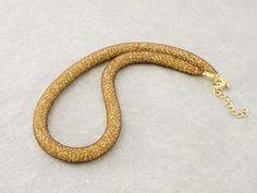 Collana a rete con perline in vetro di Murano di conteria di un bellissimo colore oro.