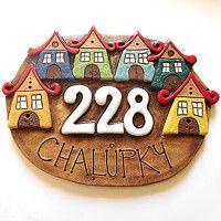 keramická cedulka - na obj. Pottery Houses, Ceramic Houses, Ceramic Wall Art, Ceramic Painting, Pottery Plates, Ceramic Pottery, Ceramic House Numbers, House Number Plates, Name Plate Design