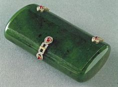 Fabergé Jade Cigarette Case – A long box with white enamel decoration, chiseled laurel leaves and 8 ruby cabochons. Made by Henrik Wigström, the other jade specialist of Fabergé (Collection John Traina, San Francisco. Art Deco, Art Nouveau, Vintage Cigarette Case, Cigar Cases, Faberge Eggs, Celtic, Russian Art, Casket, Art Object