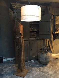 Robuuste staande lamp van oud eiken gebint (staanders van oude boerderij) met schoor voorzien van zeilbootzeilen kap gemaakt van www.oaksandelements.nl